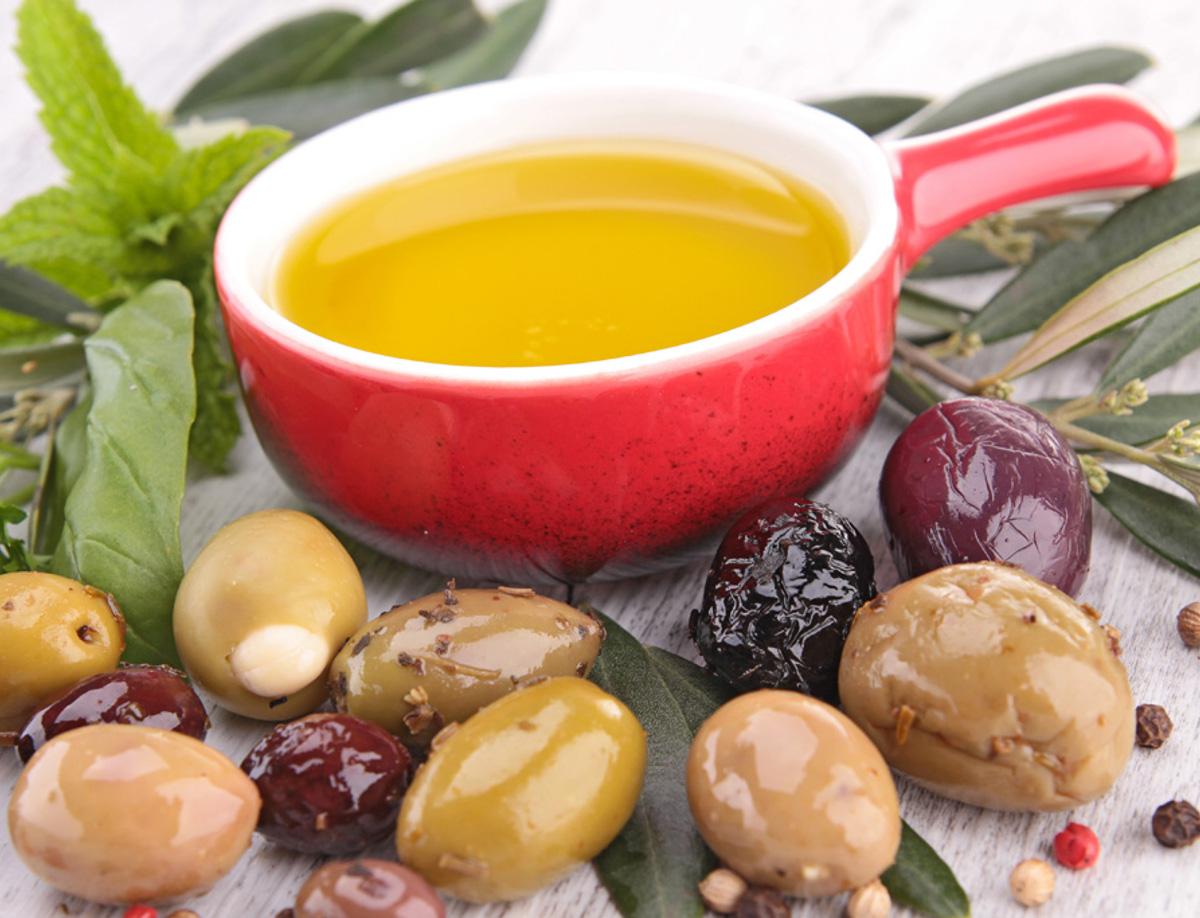 E' possibile degustare l'olio extra vergine d'oliva prodotto direttamente dai proprietari. Le piante d'ulivo sono coltivate ai piedi dell' altopiano di Monte Poro, il loro frutto, le olive, raccolte tra ottobre e dicembre, vengono avviate al frantoio dove sono sottoposte a frangitura.